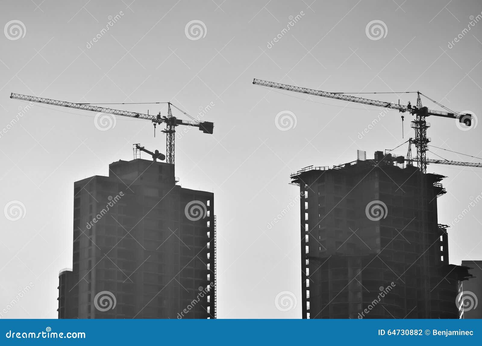 Due costruzioni e gru