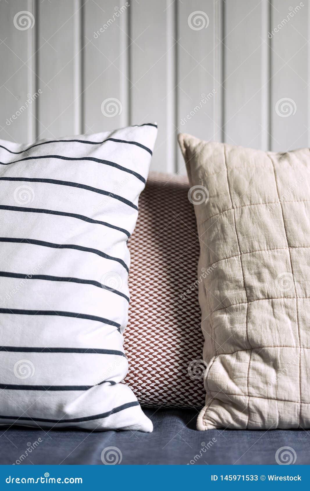 Due cuscini accanto a ogni altro con fondo bianco
