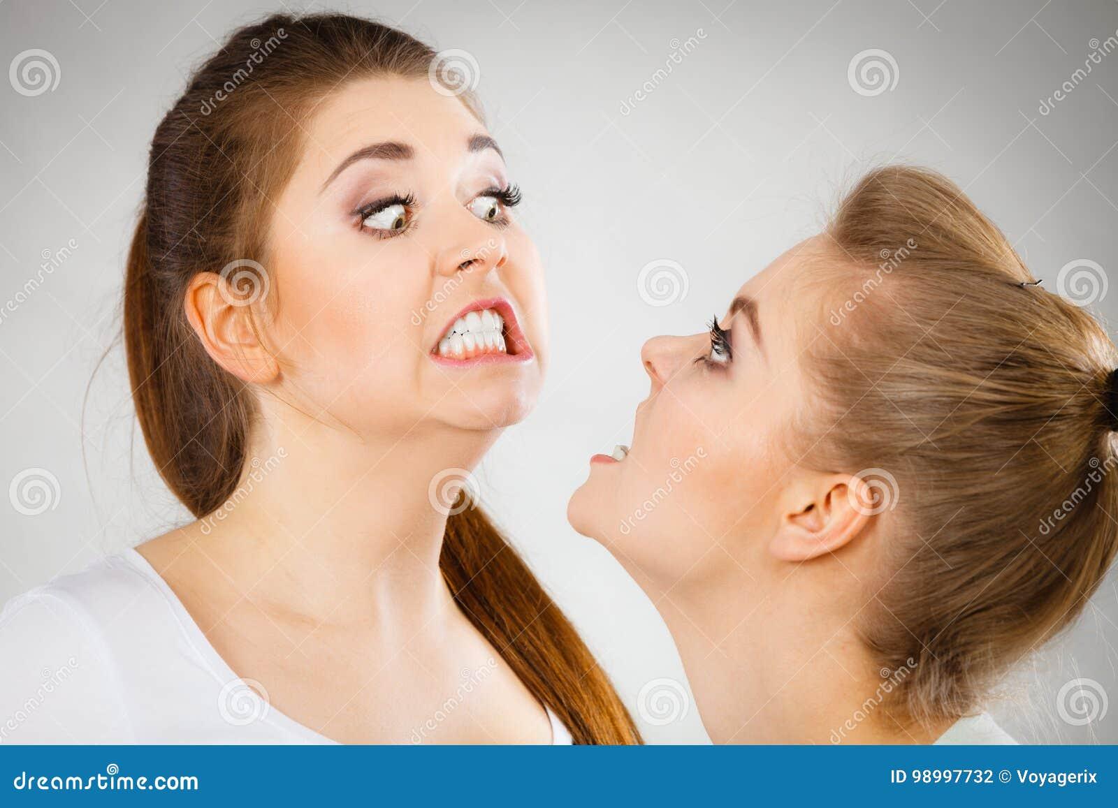 Due donne aggressive che hanno discutono la lotta