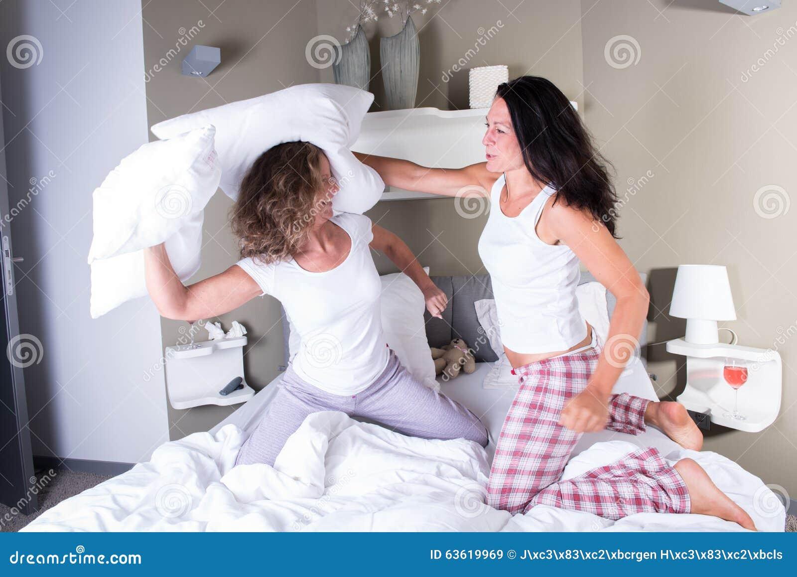 Lotta di cuscini casamia idea di immagine - A letto con due donne ...
