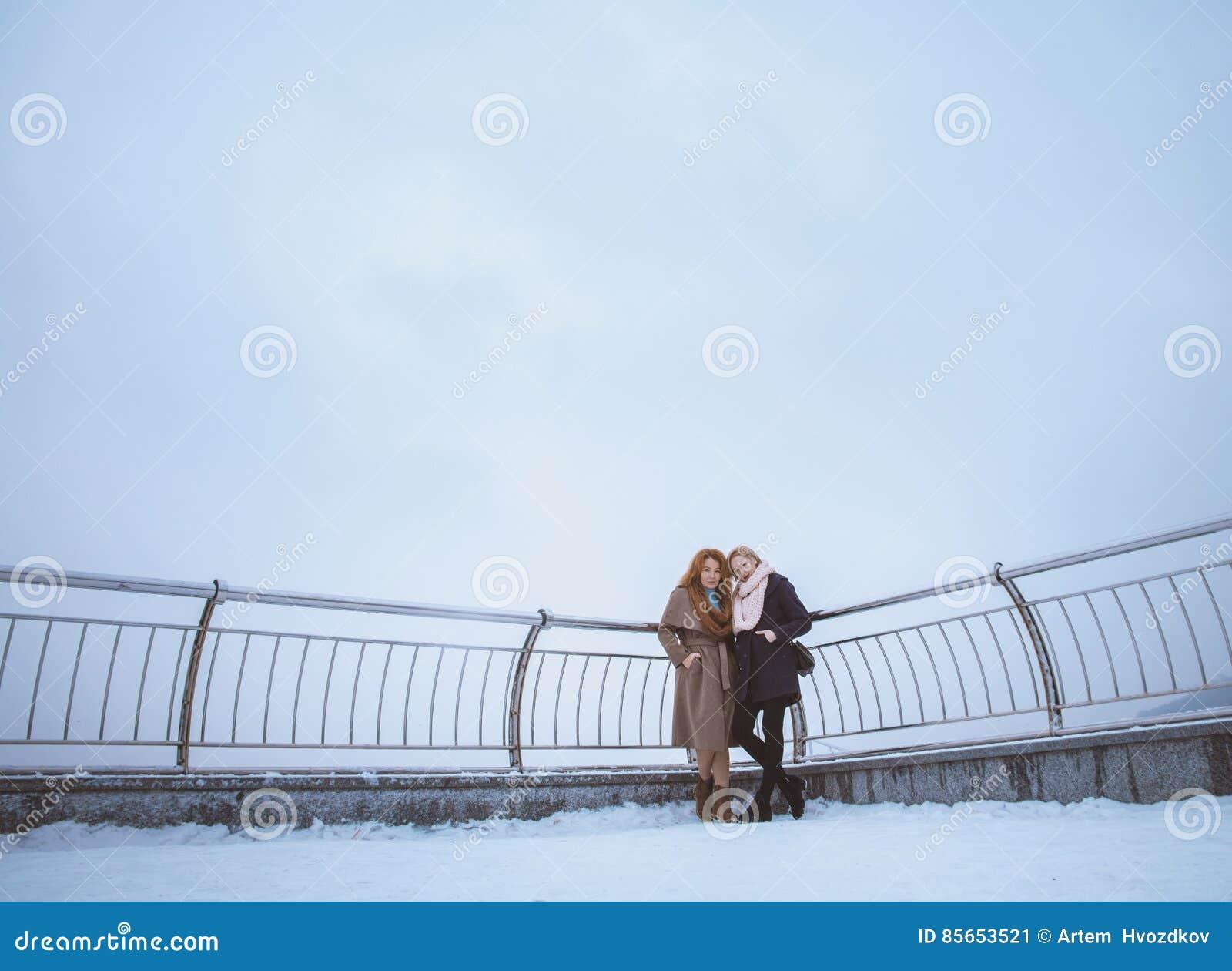 Due donne che camminano intorno all argine Giorno, all aperto
