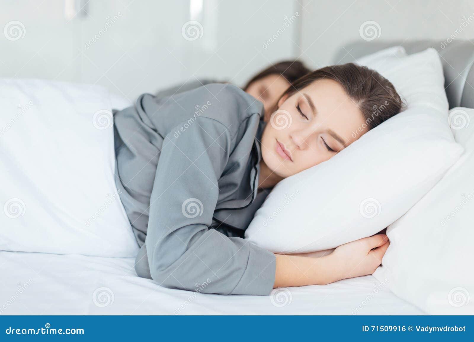 Due Donne Che Dormono Insieme Nella Camera Da Letto ...