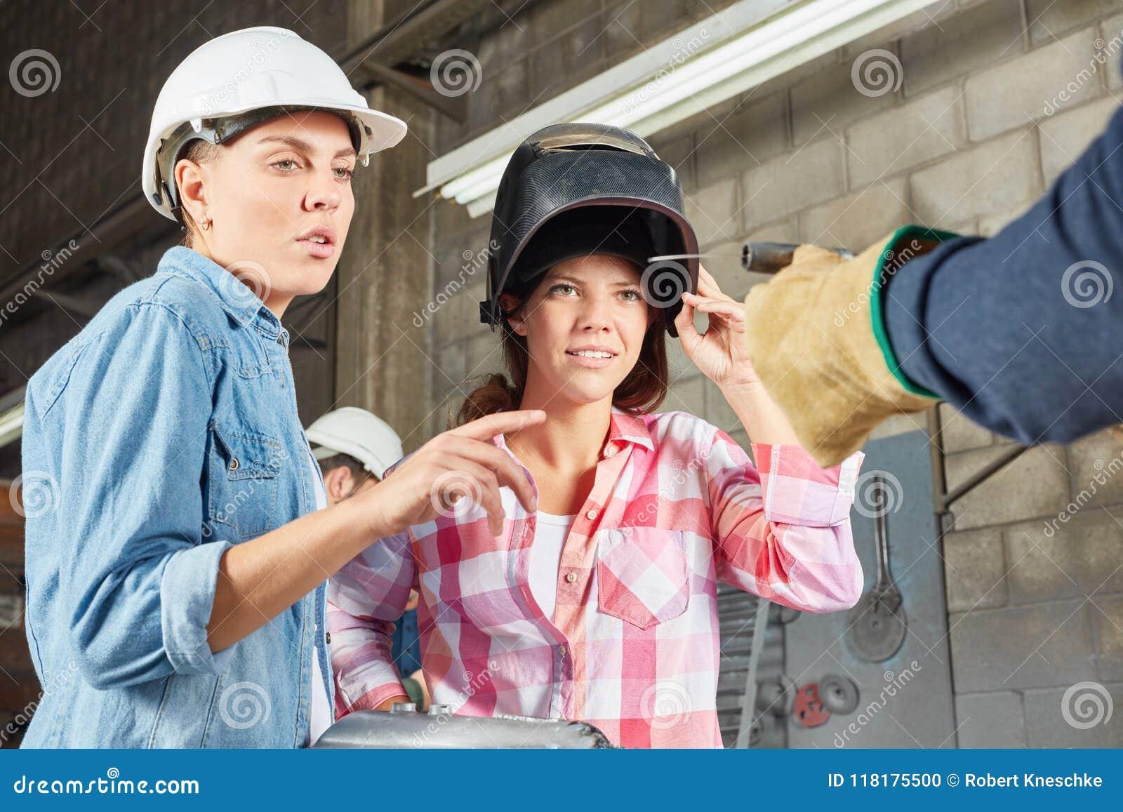 Due donne come saldatore nell officina di metallurgia