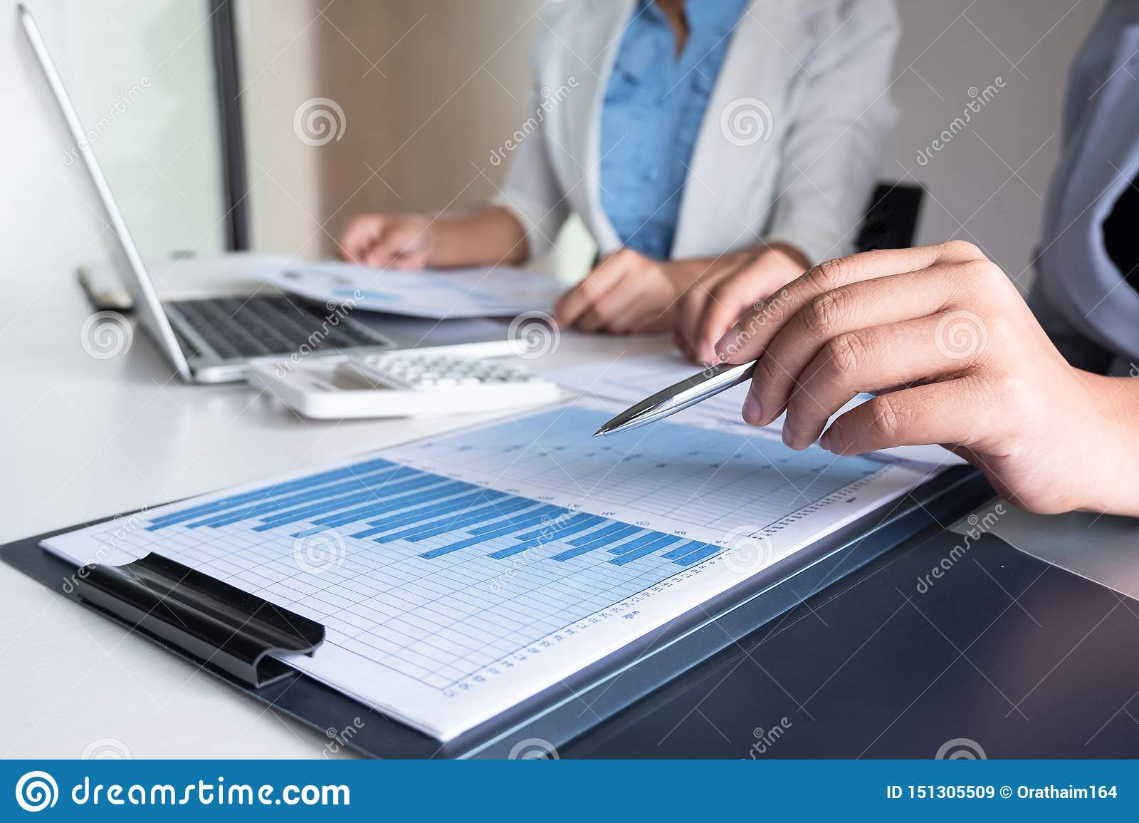 Due donne dell azienda leader che discutono i grafici ed i grafici che mostrano i risultati