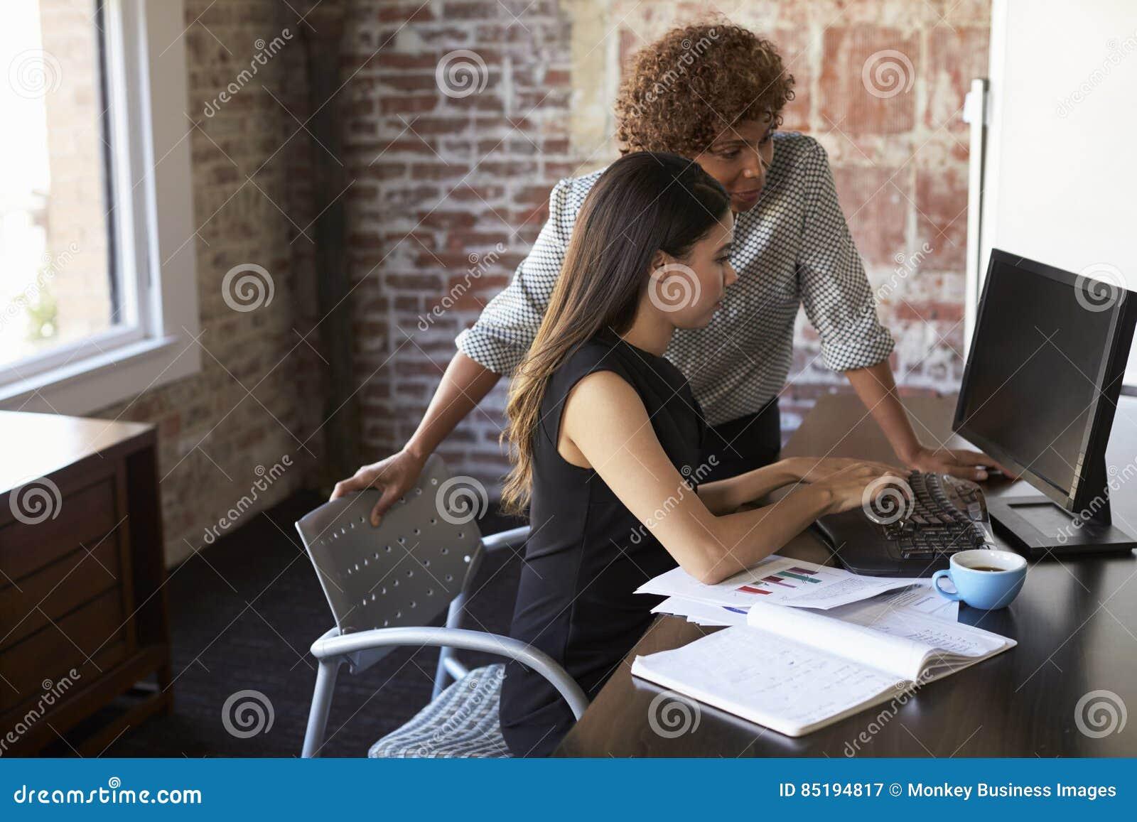 Due donne di affari che lavorano al computer in ufficio