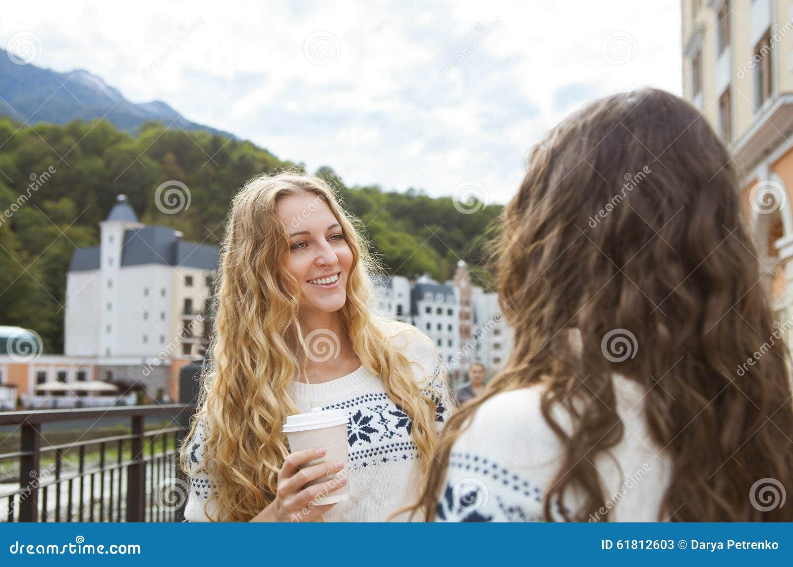 Due donne felici casuali che hanno una conversazione nella città