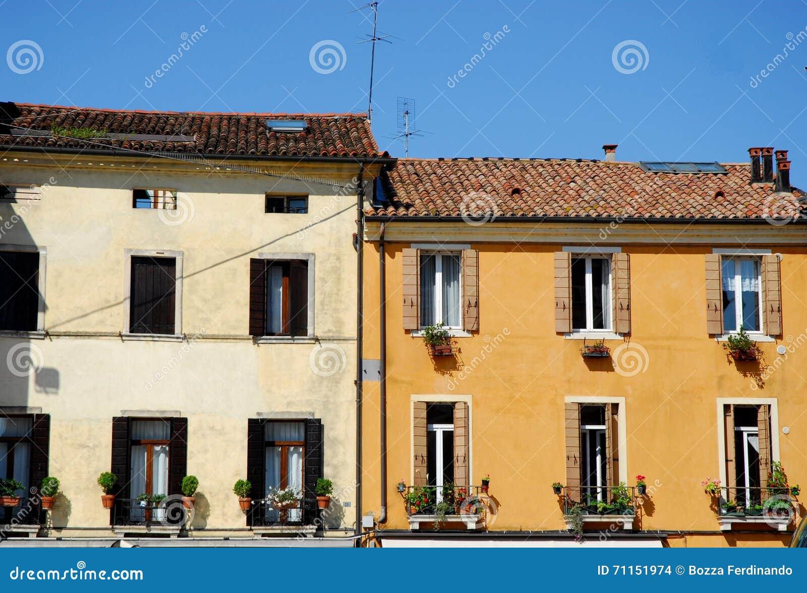 Due facciate delle case con i fiori davanti alla basilica for Immagini facciate case