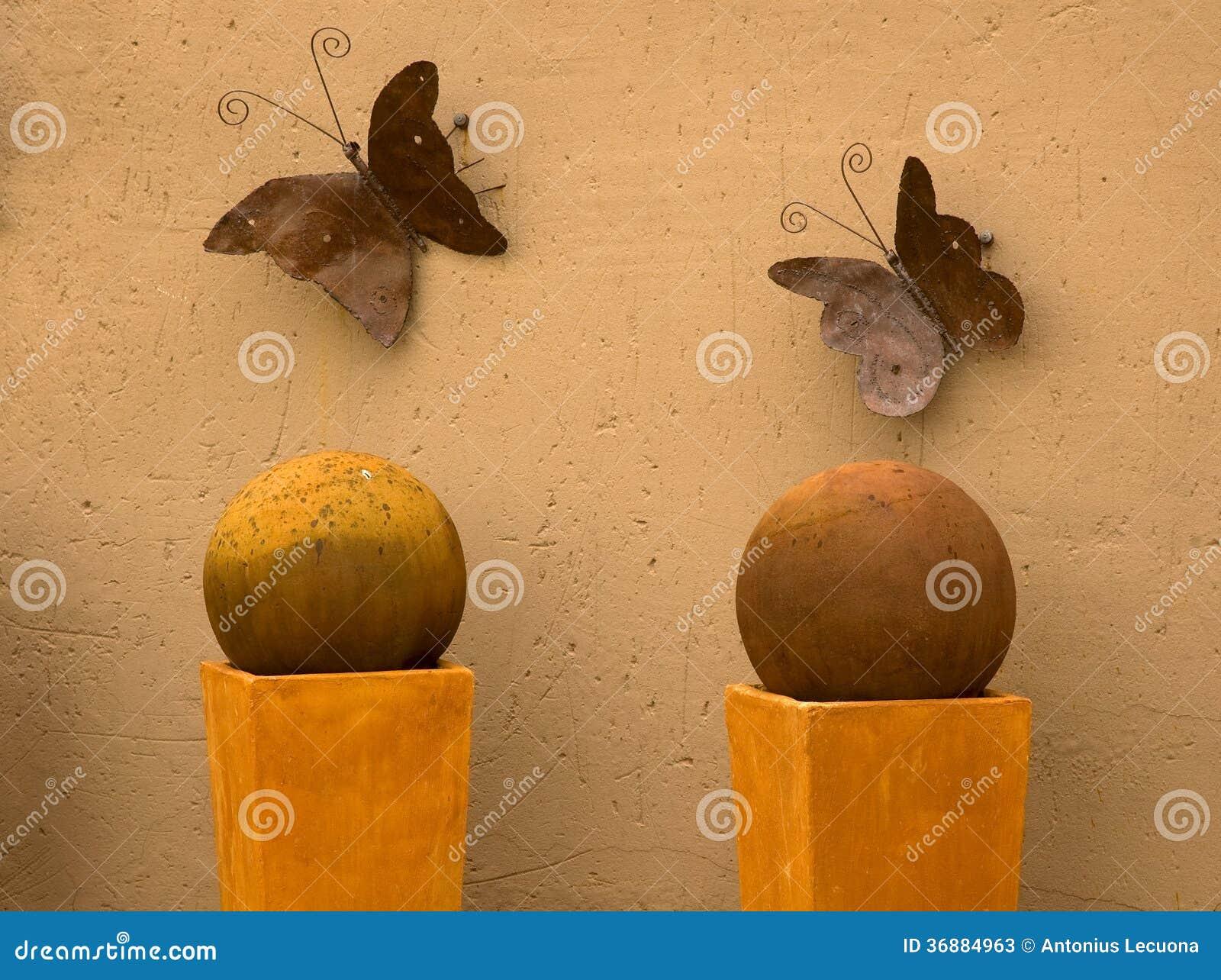 Download Due Farfalle Del Metallo Sulla Parete Immagine Stock - Immagine di mestiere, quadrato: 36884963