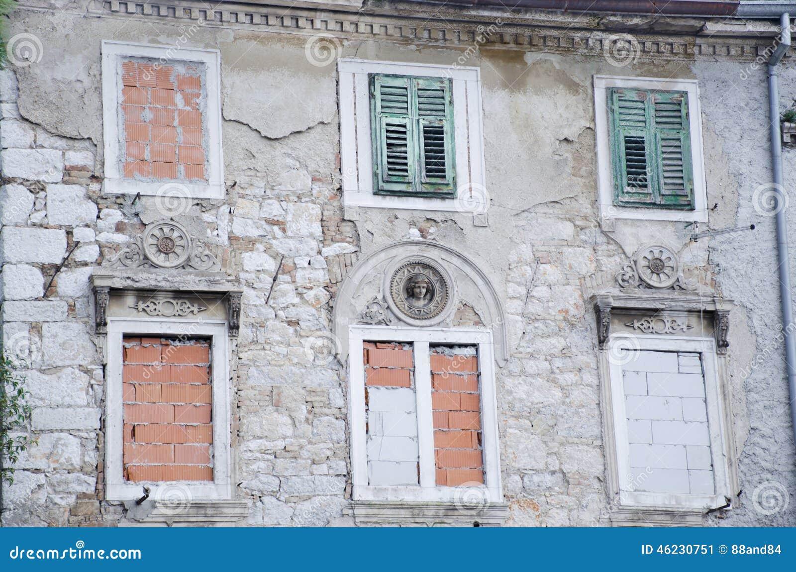 Due finestre antiche con gli otturatori di legno verdi immagine stock immagine di monumental - Finestre di legno ...