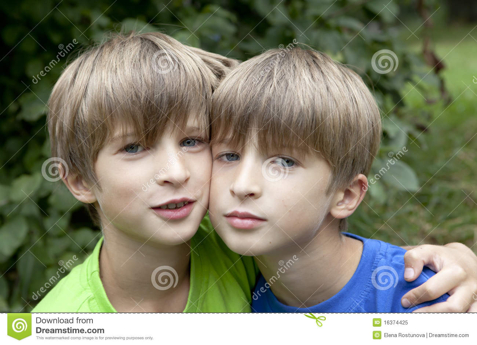 Due fratelli gemelli sorridenti