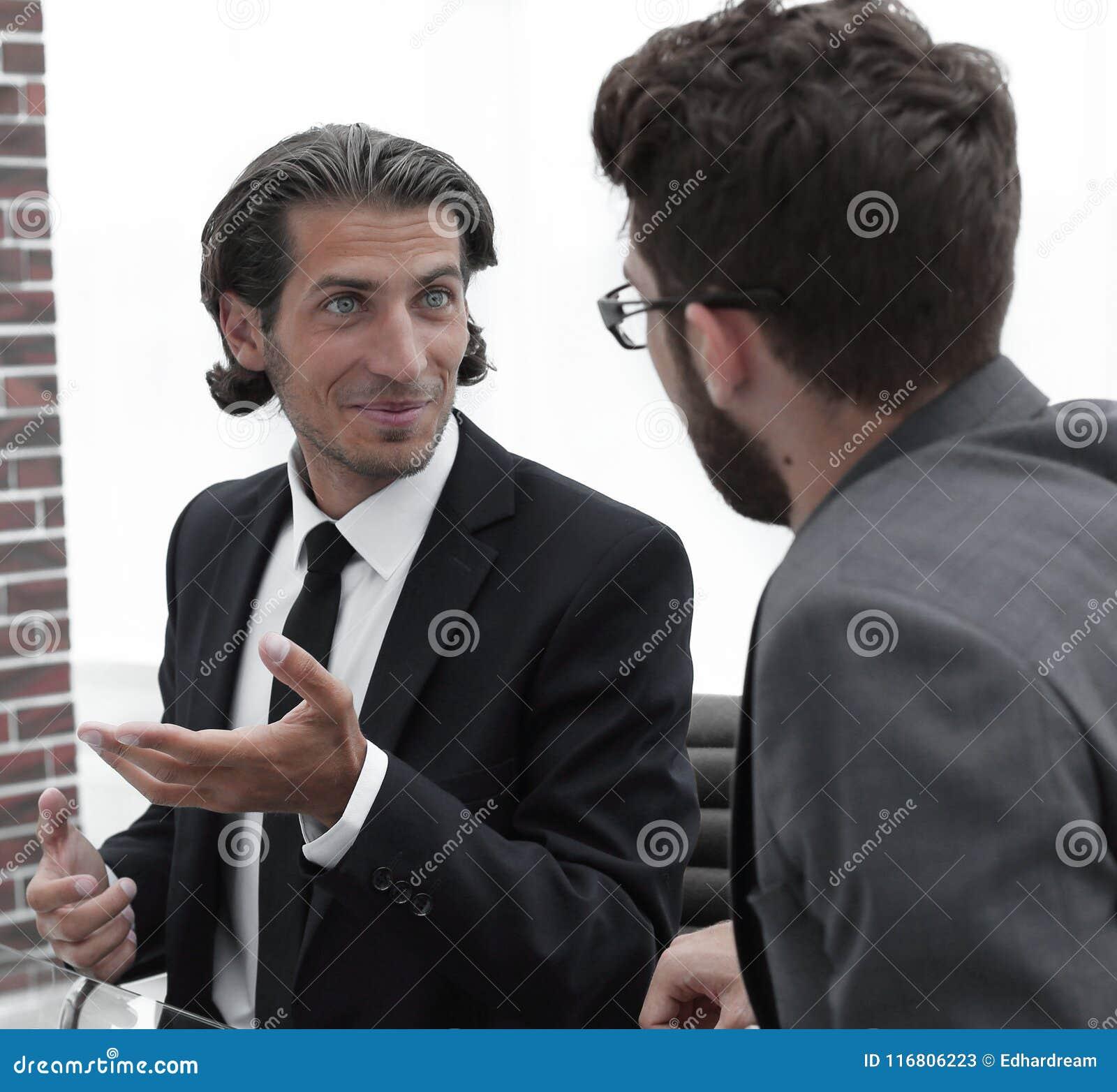 Due genti di affari discutono il problema