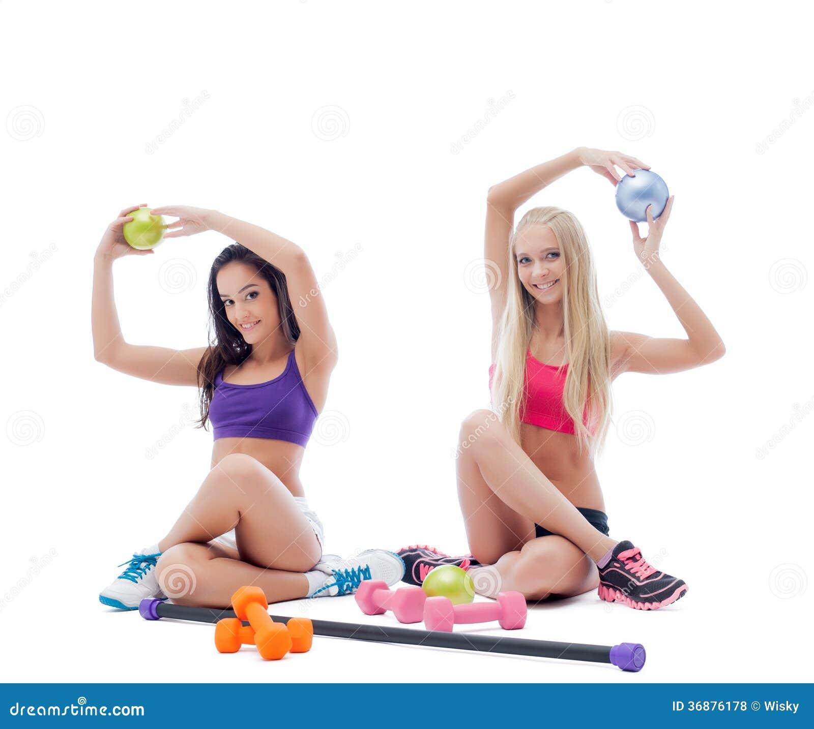 Download Due Giovani Atleti Femminili Sorridenti Che Posano Nello Studio Fotografia Stock - Immagine di femmina, modello: 36876178