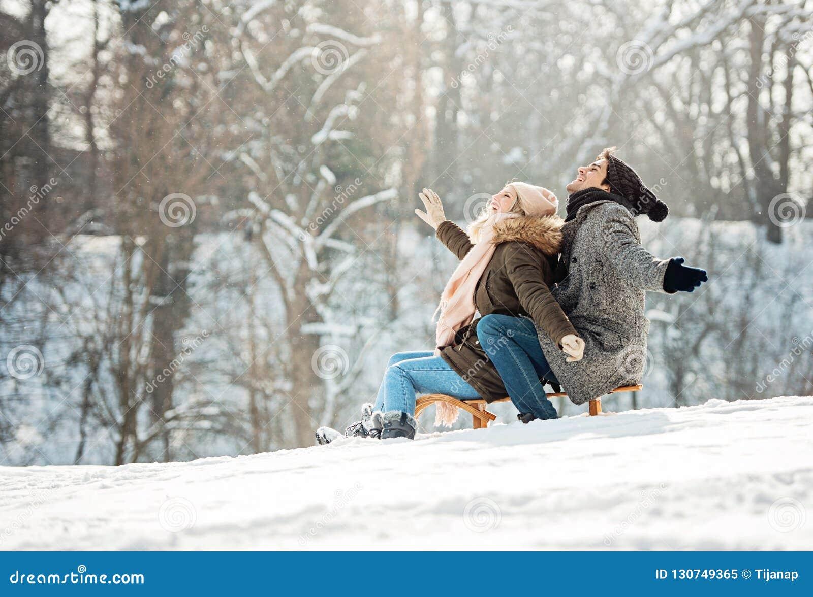Due giovani che fanno scorrere su una slitta