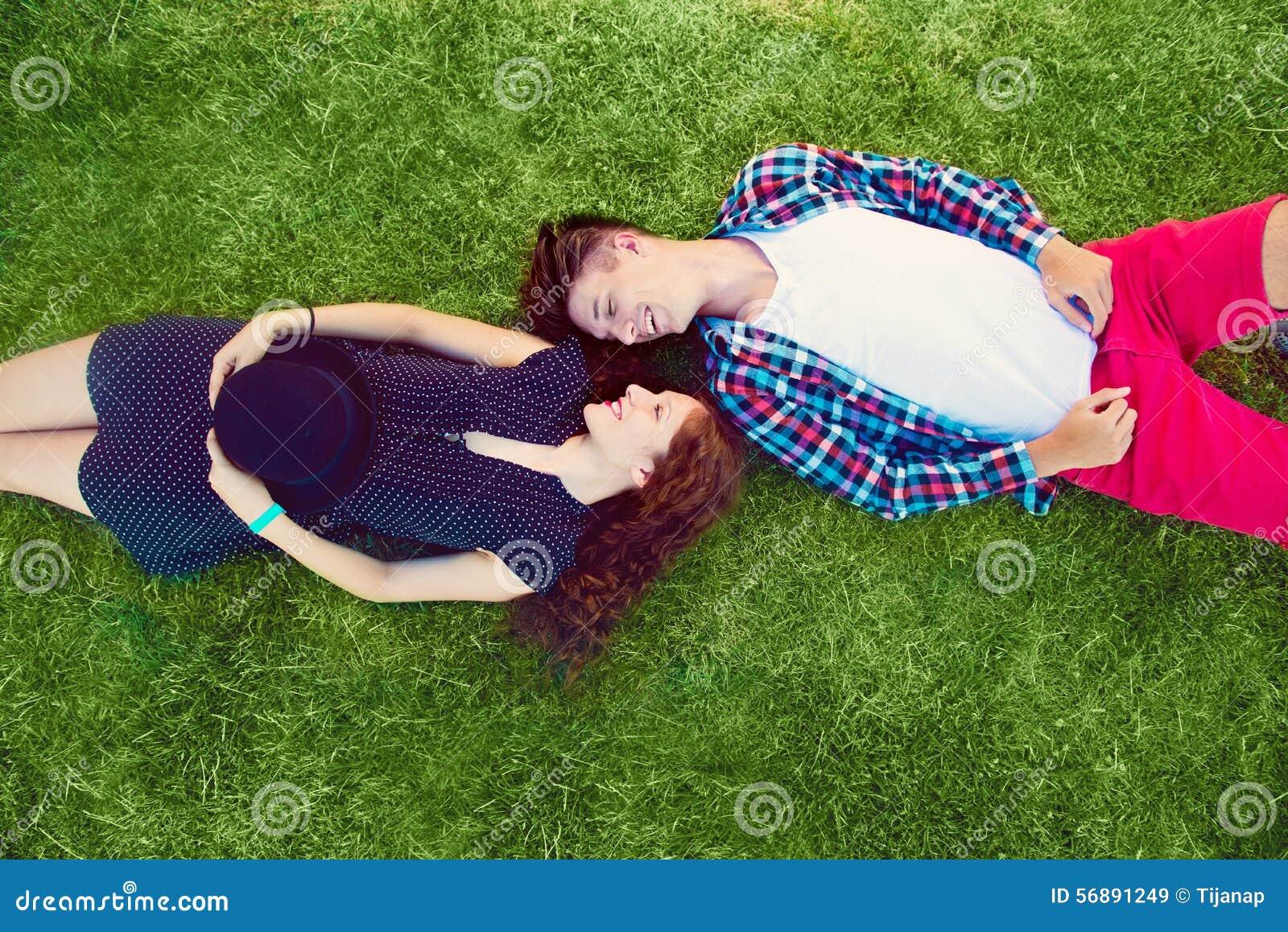 Due giovani che godono sull erba