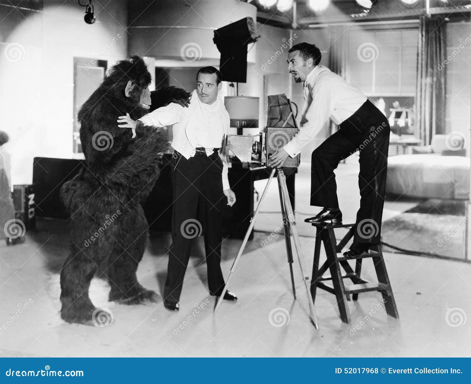 Due giovani che sembrano attacco temuto da una gorilla (tutte le persone rappresentate non sono vivente più lungo e nessuna propr