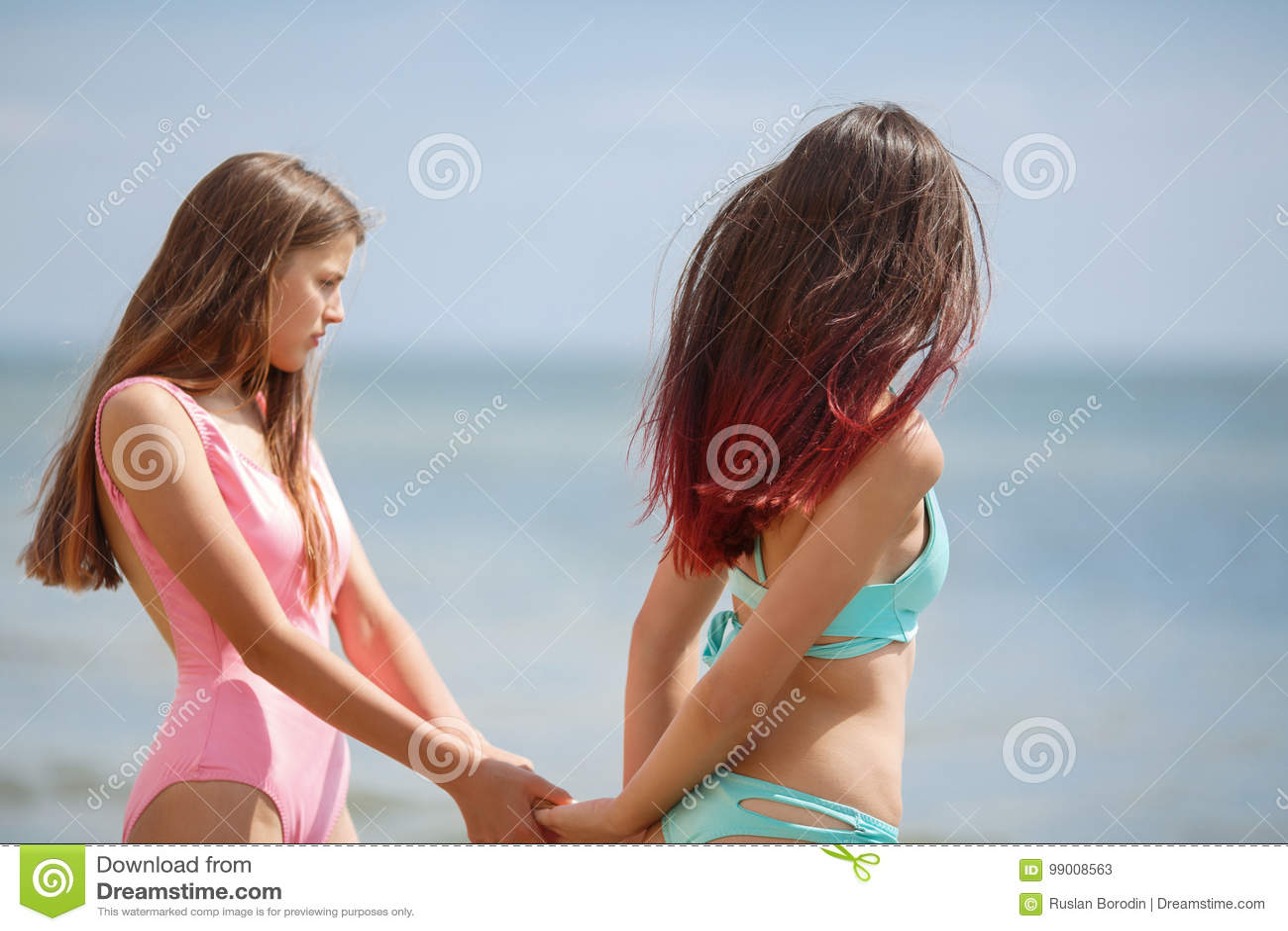 Due Giovani Donne Graziose Che Indossano Gli Swimwears Che Camminano