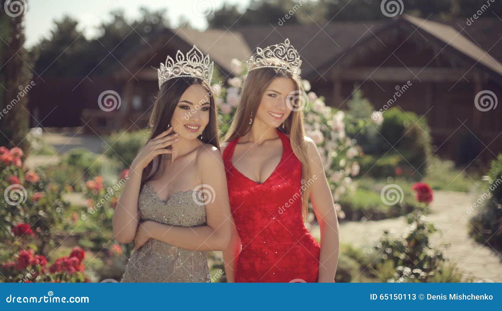 eaf9cc458291 Due Giovani Donne Sexy Che Posano In Vestiti Da Sera E Archivi Video -  Video di bello