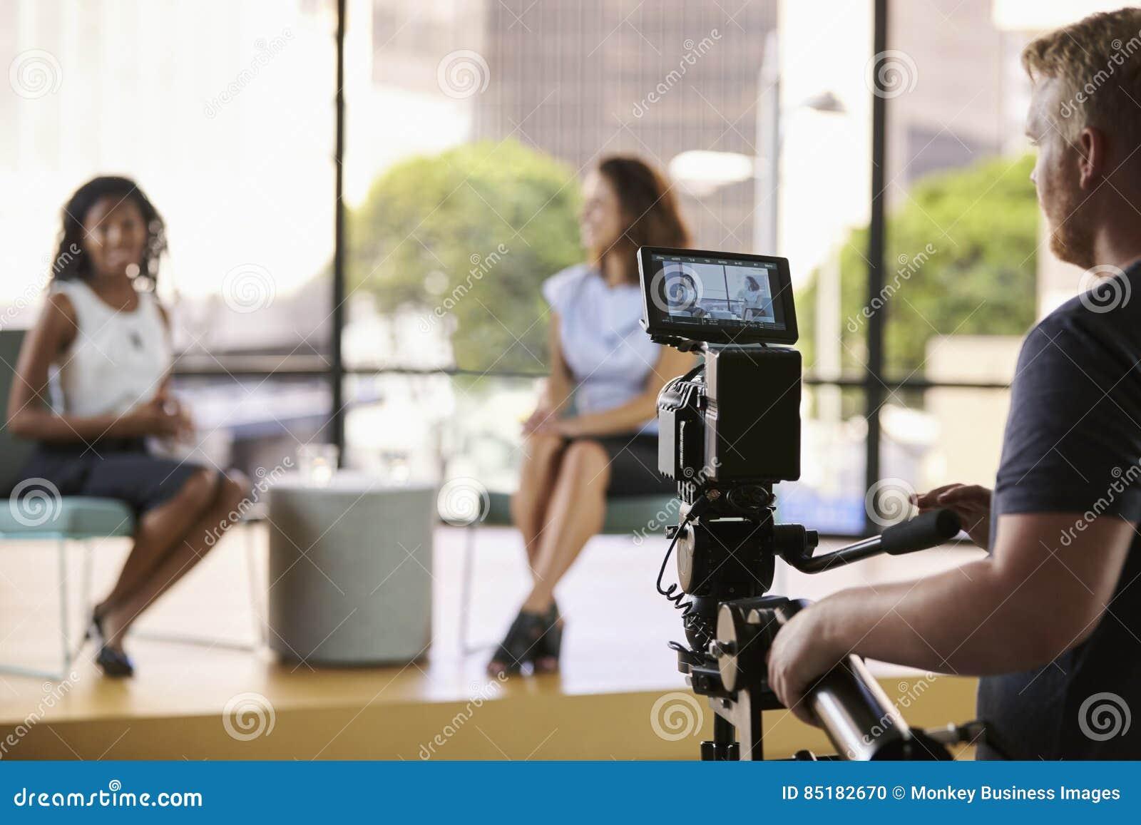 Due giovani donne sull insieme per l intervista della TV, fuoco su priorità alta