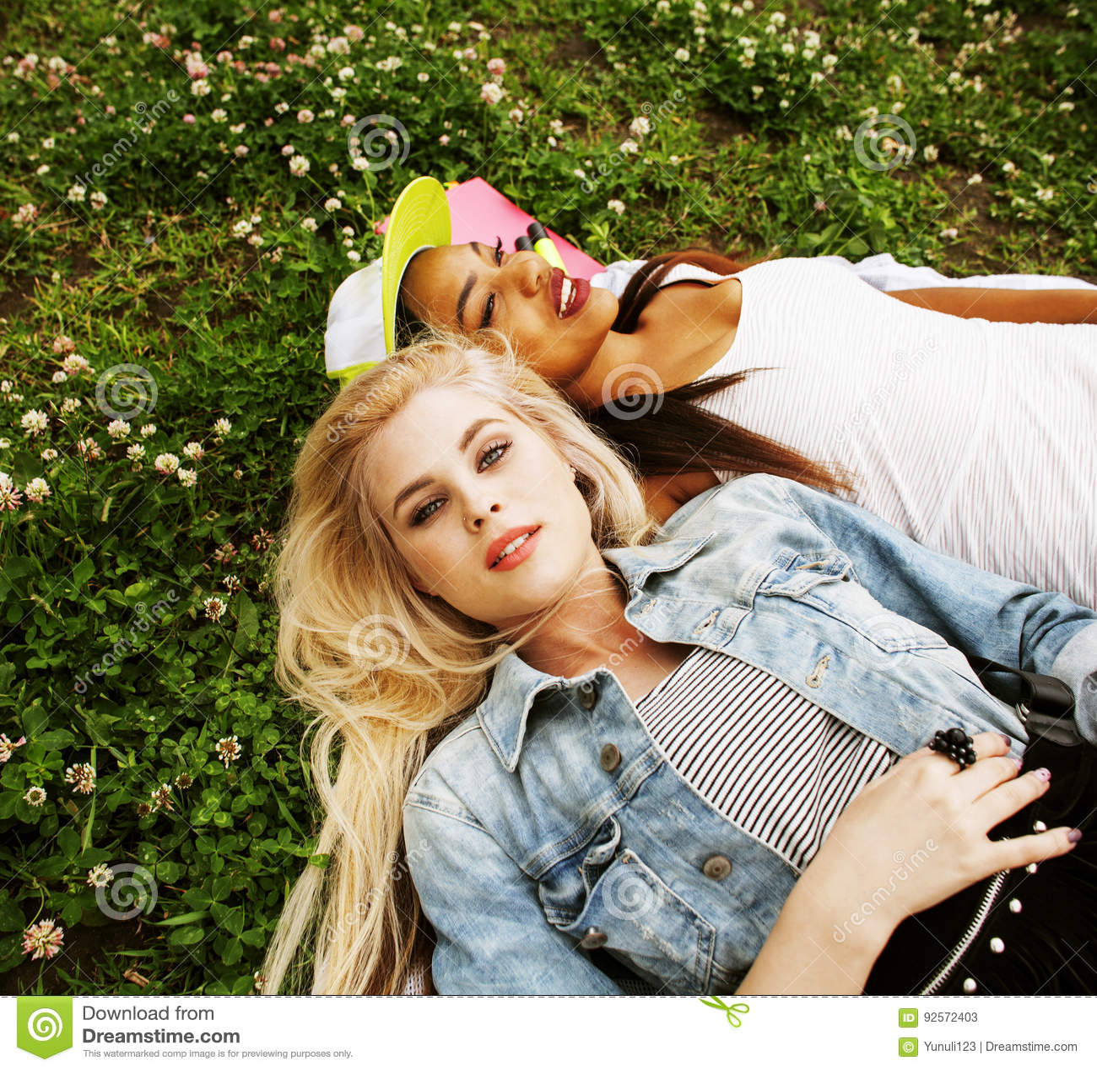 Due giovani migliori amici graziosi delle ragazze dell adolescente che mettono su mak dell erba