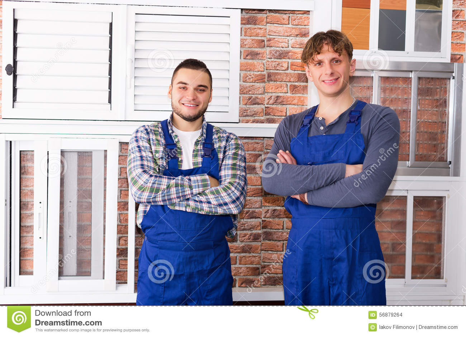 Due giovani operai che ispezionano le finestre