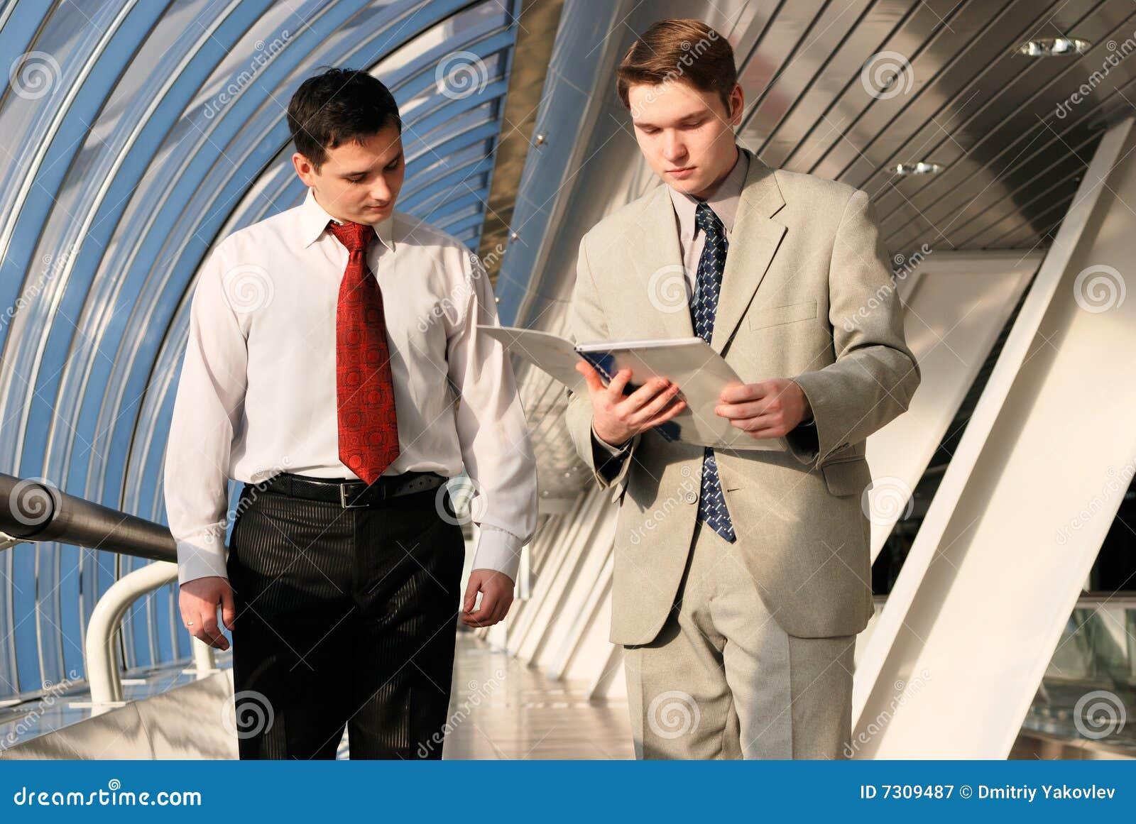 Due giovani uomini d affari sulla riunione