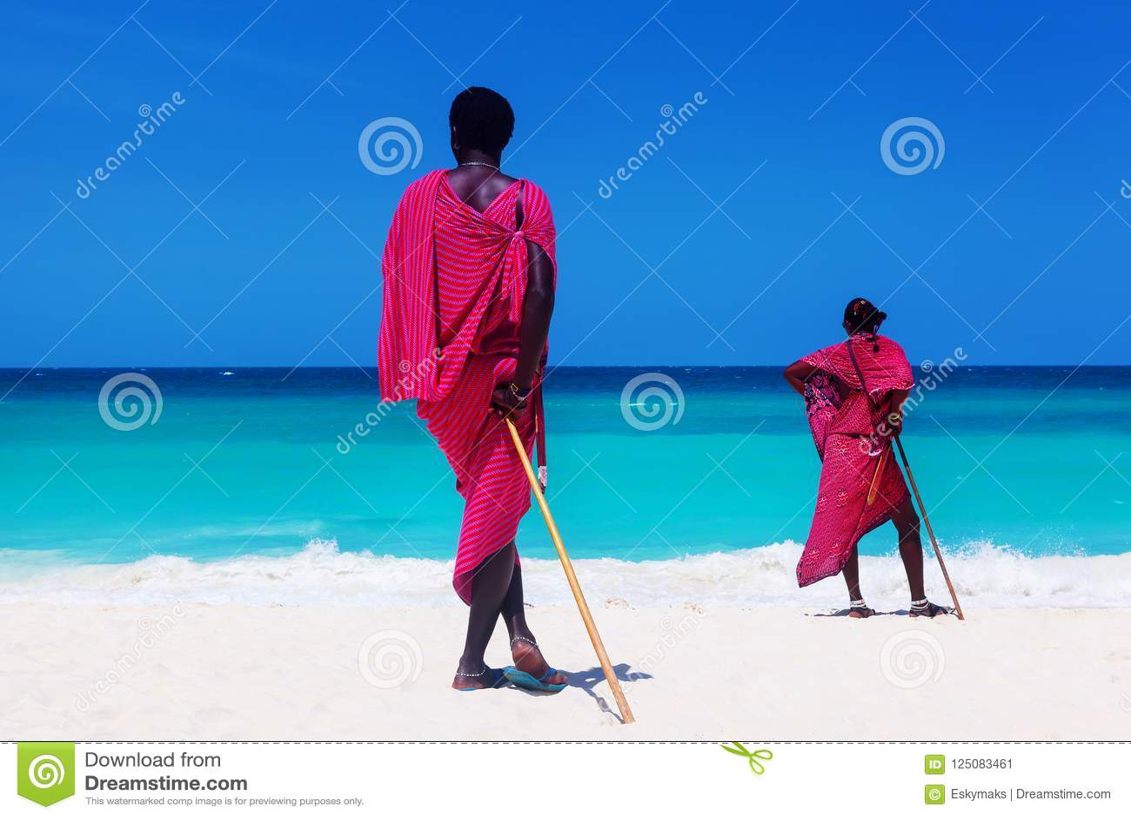 Due guerrieri di maasai che considerano oceano