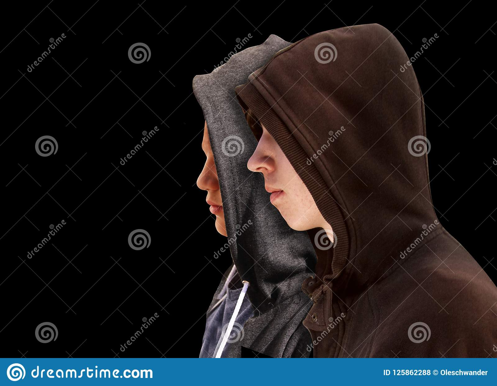Due hanno disturbato gli adolescenti con la maglia con cappuccio nera che sta accanto a ogni altro nel profilo isolati su fondo n