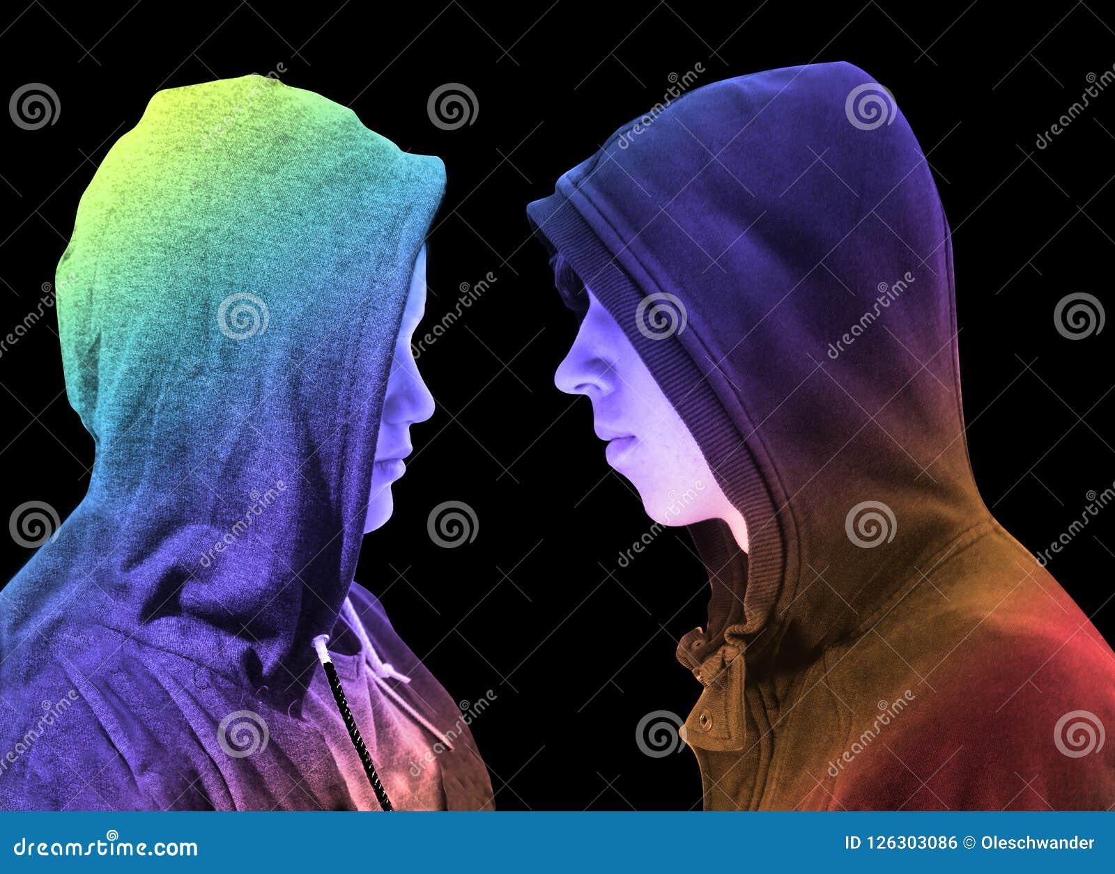 Due hanno disturbato gli adolescenti con la maglia con cappuccio nera che sta davanti ad a vicenda nel profilo isolati su fondo n