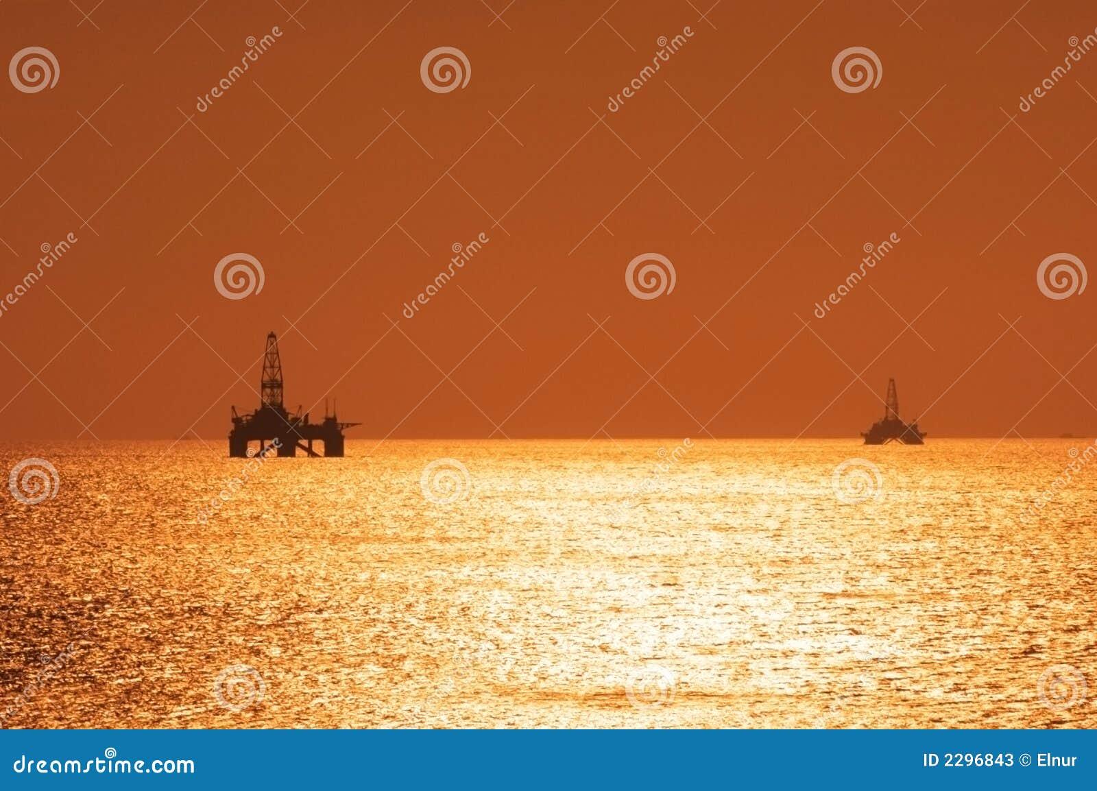 Due impianti offshore in mare aperto durante la s
