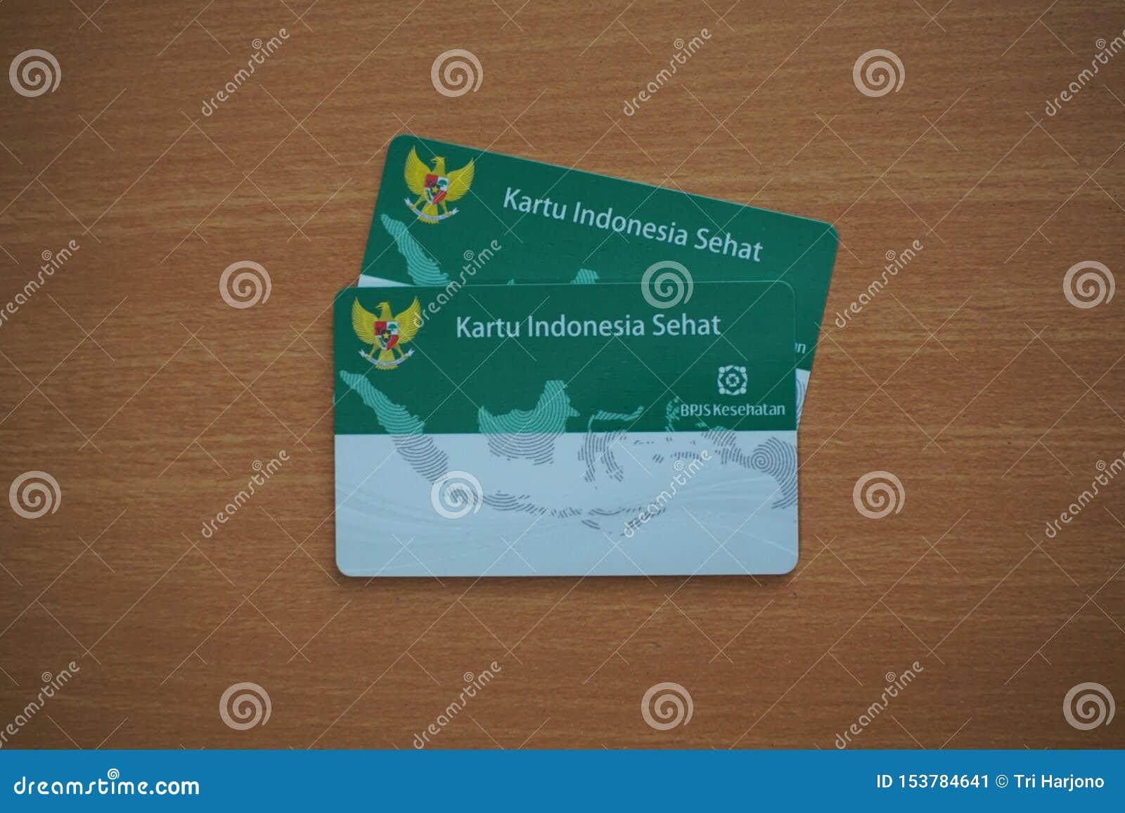 Due Kartu Indonesia Sehat o KIS (carta dell assicurazione malattia di governo dell Indonesia) su una tavola di legno