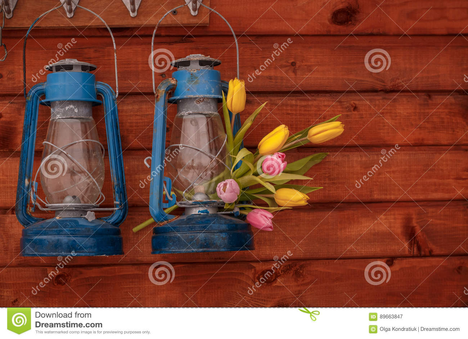 Lampada Fiore Tulipano : Due lampade di cherosene blu con il mazzo dei tulipani su un fondo