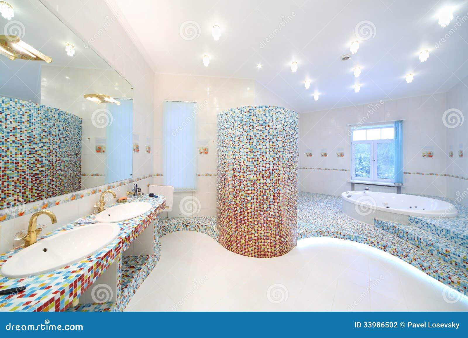 Bagno Pulito Moderno Con Due Lavandini Foto Stock – 51 Bagno ...