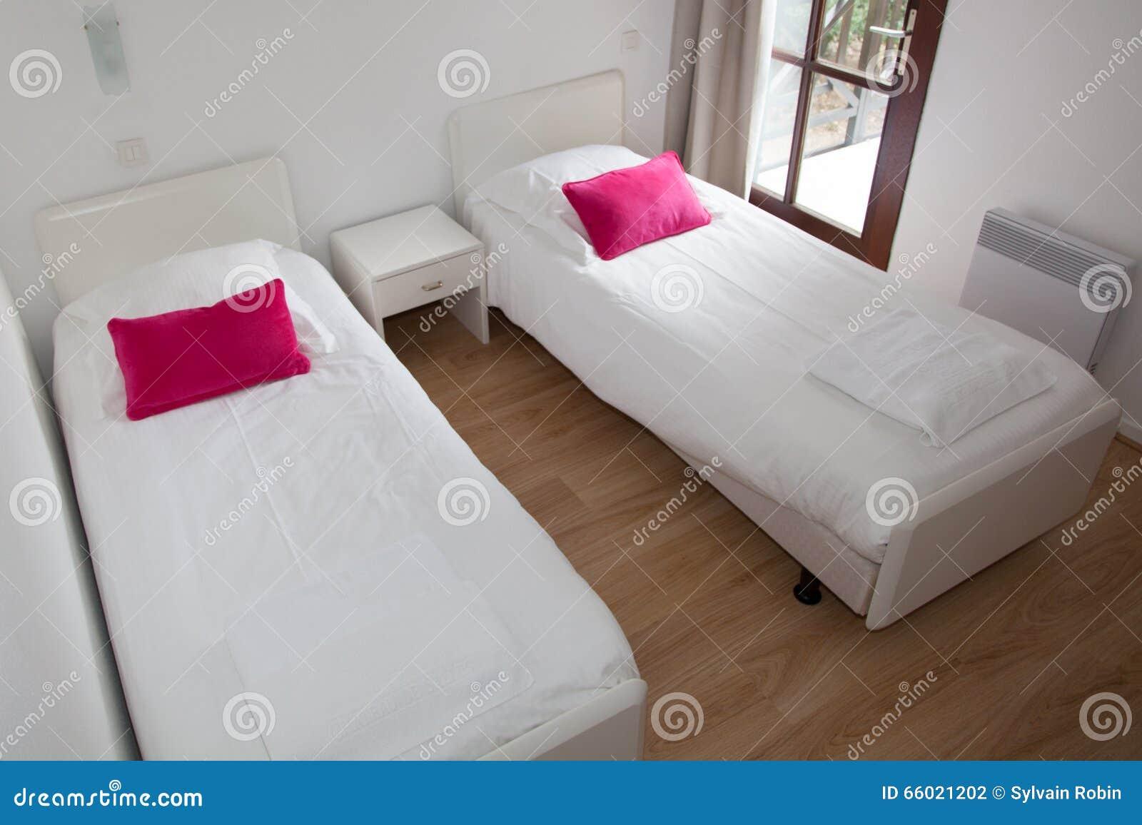 Due Letti Singoli In Appartamento Moderno Fotografia Stock ...