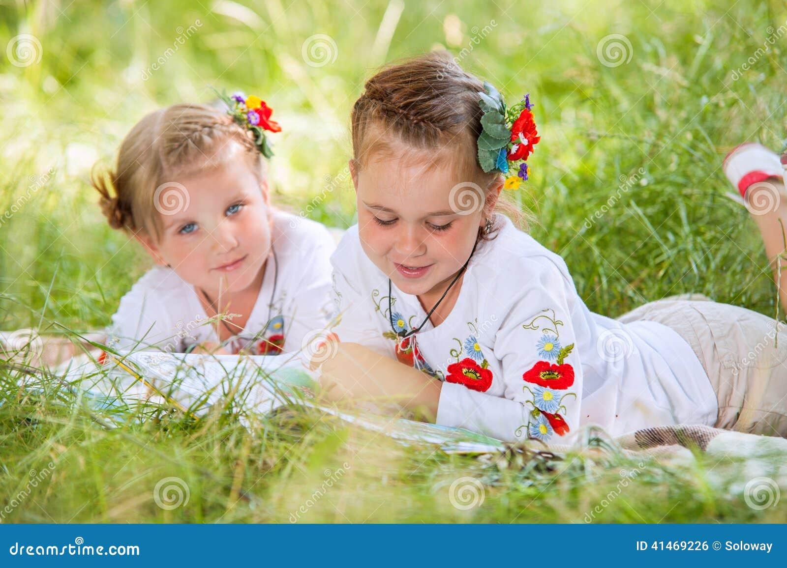 Due libri di lettura delle bambine sul prato verde for Prato verde