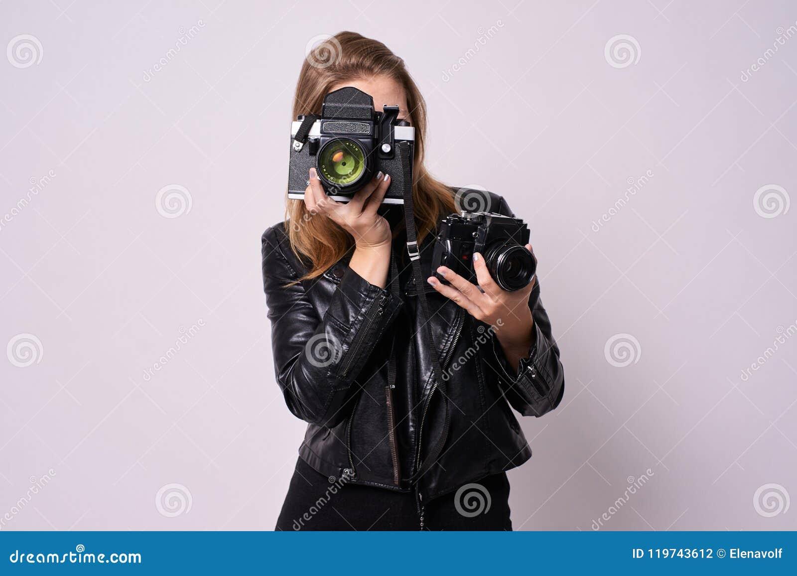 Due macchine fotografiche Fotografo della ragazza Priorità bassa bianca Cl nero