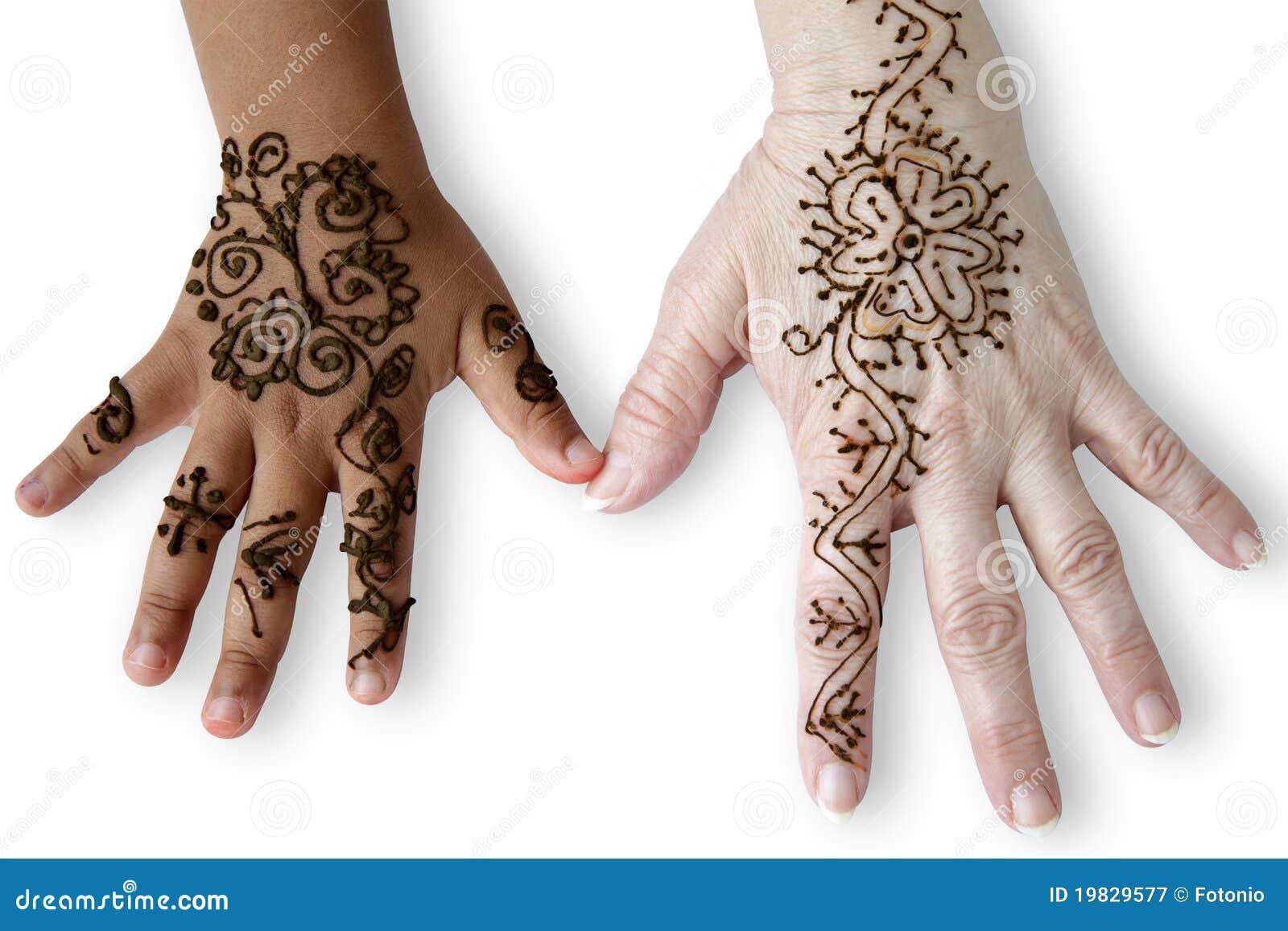 Fotografia stock libera da diritti: due mani femminili con i tatuaggi