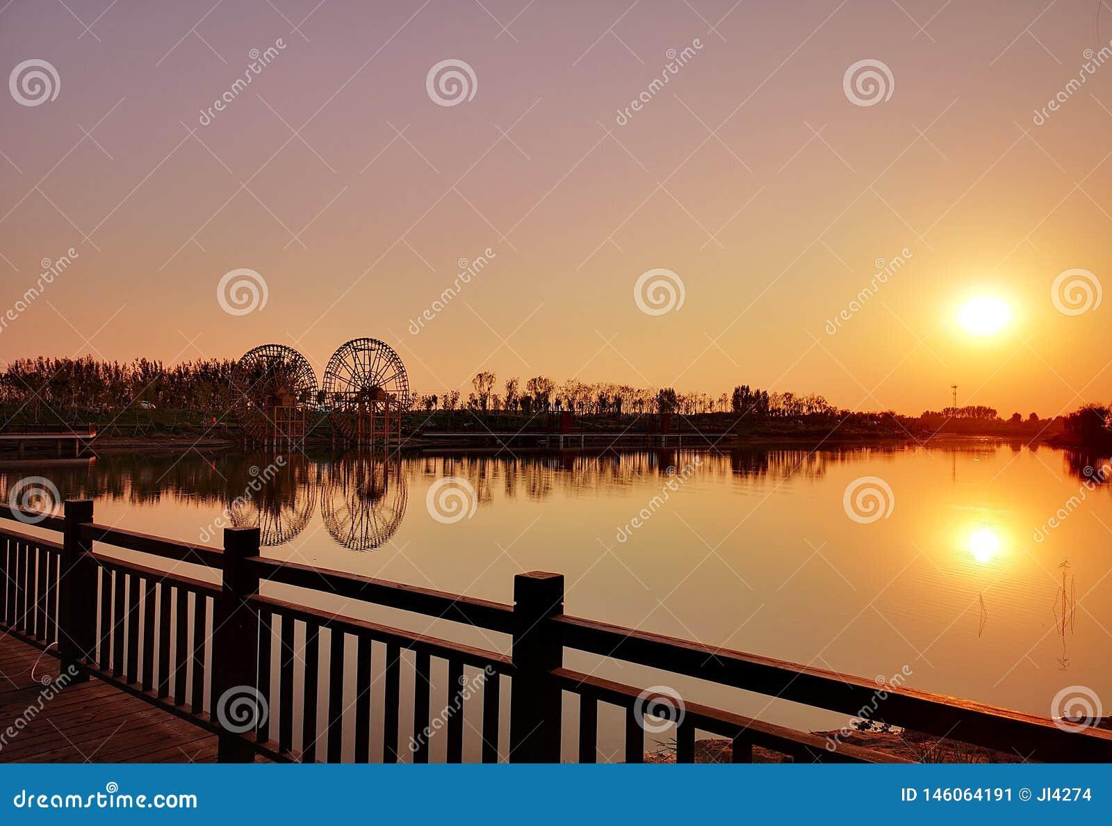 Due mulini a vento nel tramonto
