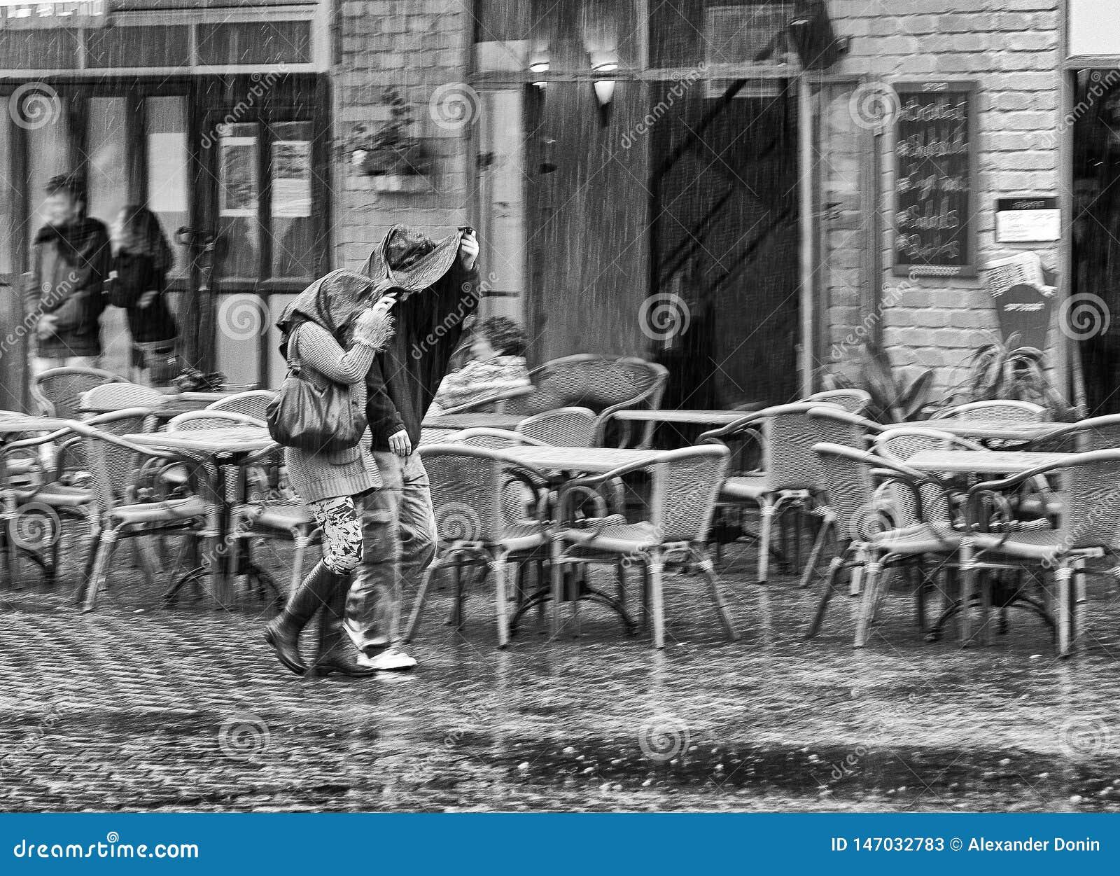 Due nella pioggia B & w