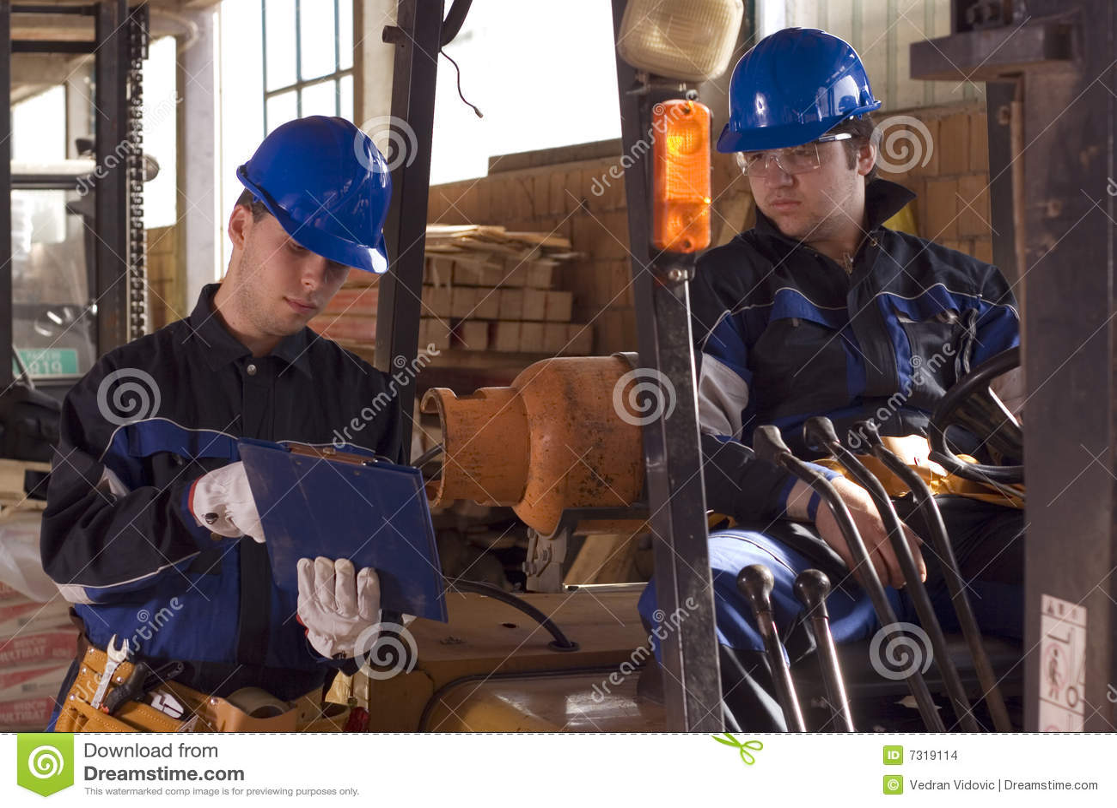 Due operai di costruzione sul posto di lavoro
