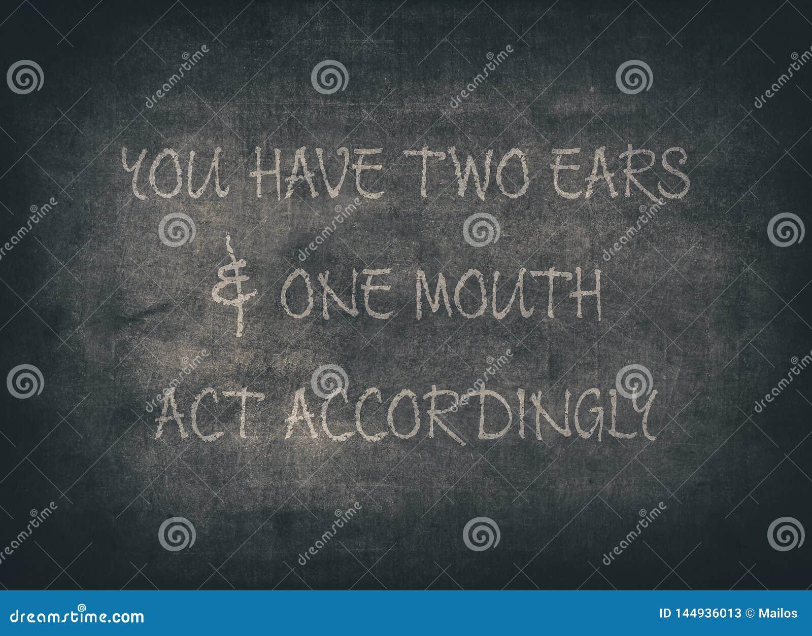 Due orecchie ascoltano per imparare la tipografia della saggezza