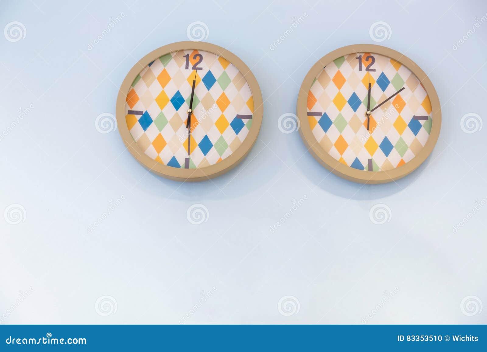 Due orologi variopinti
