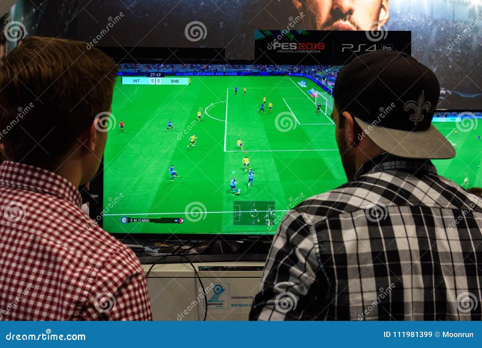 Due ospiti giusti giocano il gioco Pro Evolution Soccer
