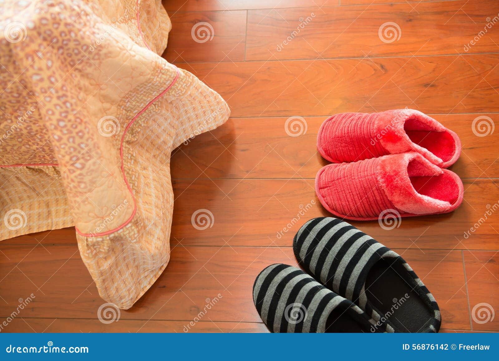 Due paia delle pantofole bianche