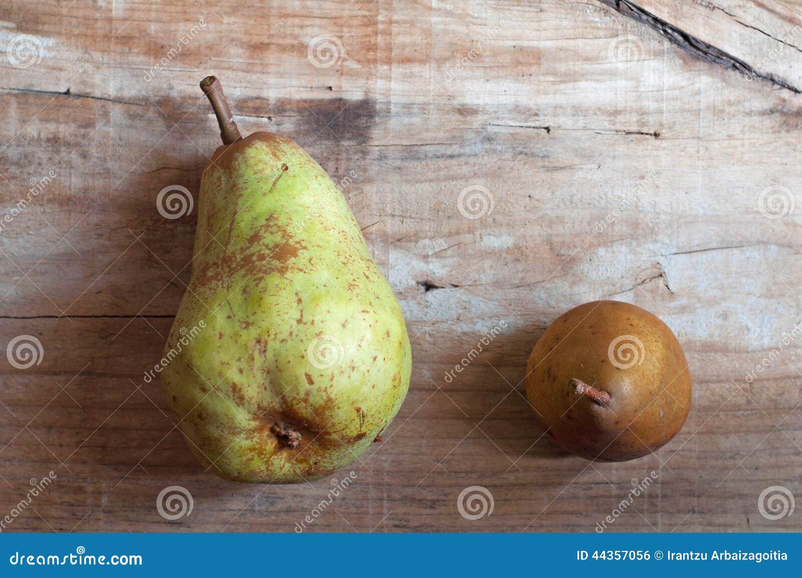 Due pere nel vecchio fondo di legno Lifestile