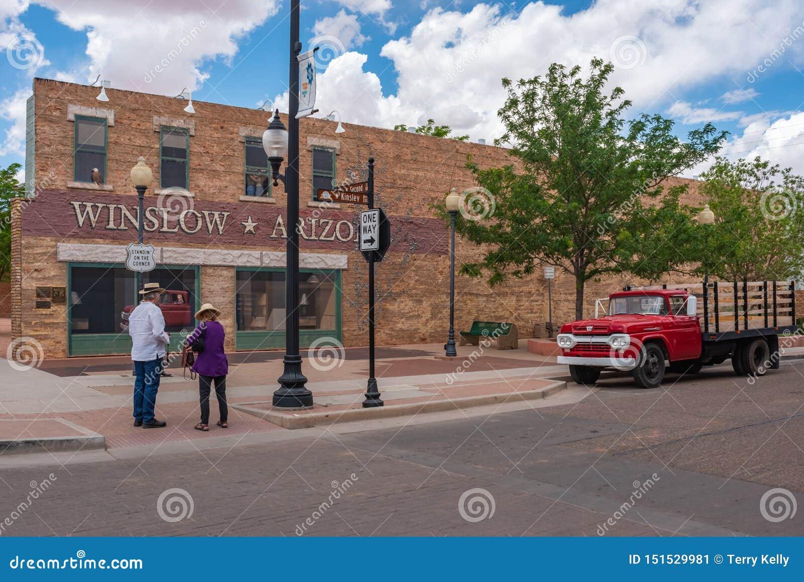 Due persone che stanno sull angolo in Winslow Arizona