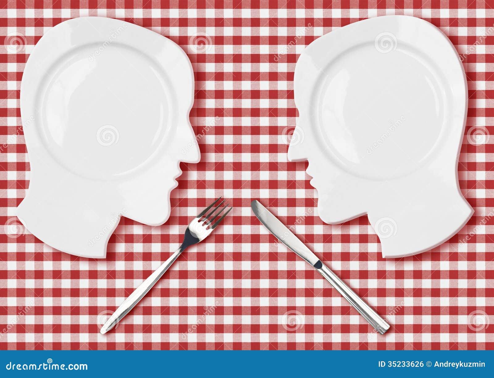 Due piatti capi con il coltello e la forcella combattono il concetto