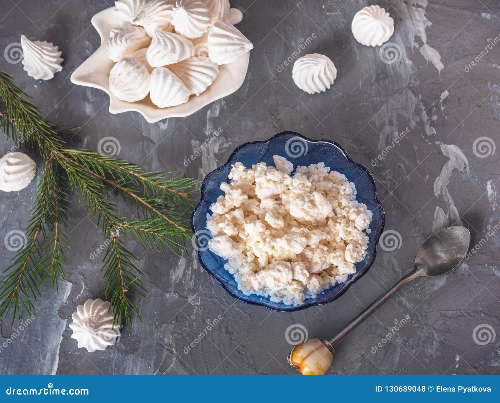 Due piatti con la ricotta fresca, biscotti del bisze Cucchiaino