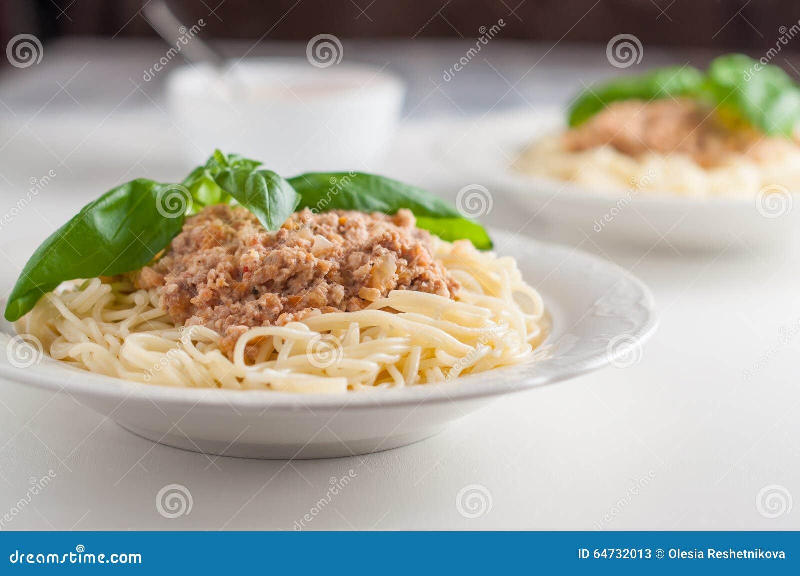 Due piatti di pasta italiana con la salsa della carne