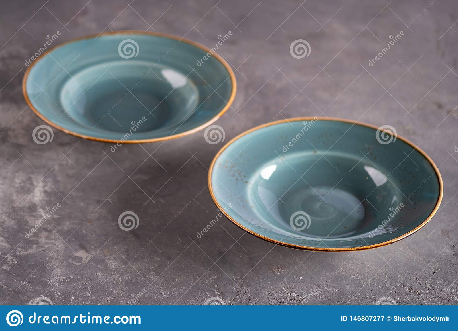Due piatti vuoti blu dell argilla che restano alla tavola