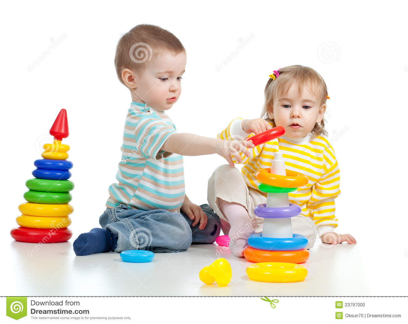 Due piccoli bambini che giocano con i giocattoli di colore - Foto di bambini piccoli ...